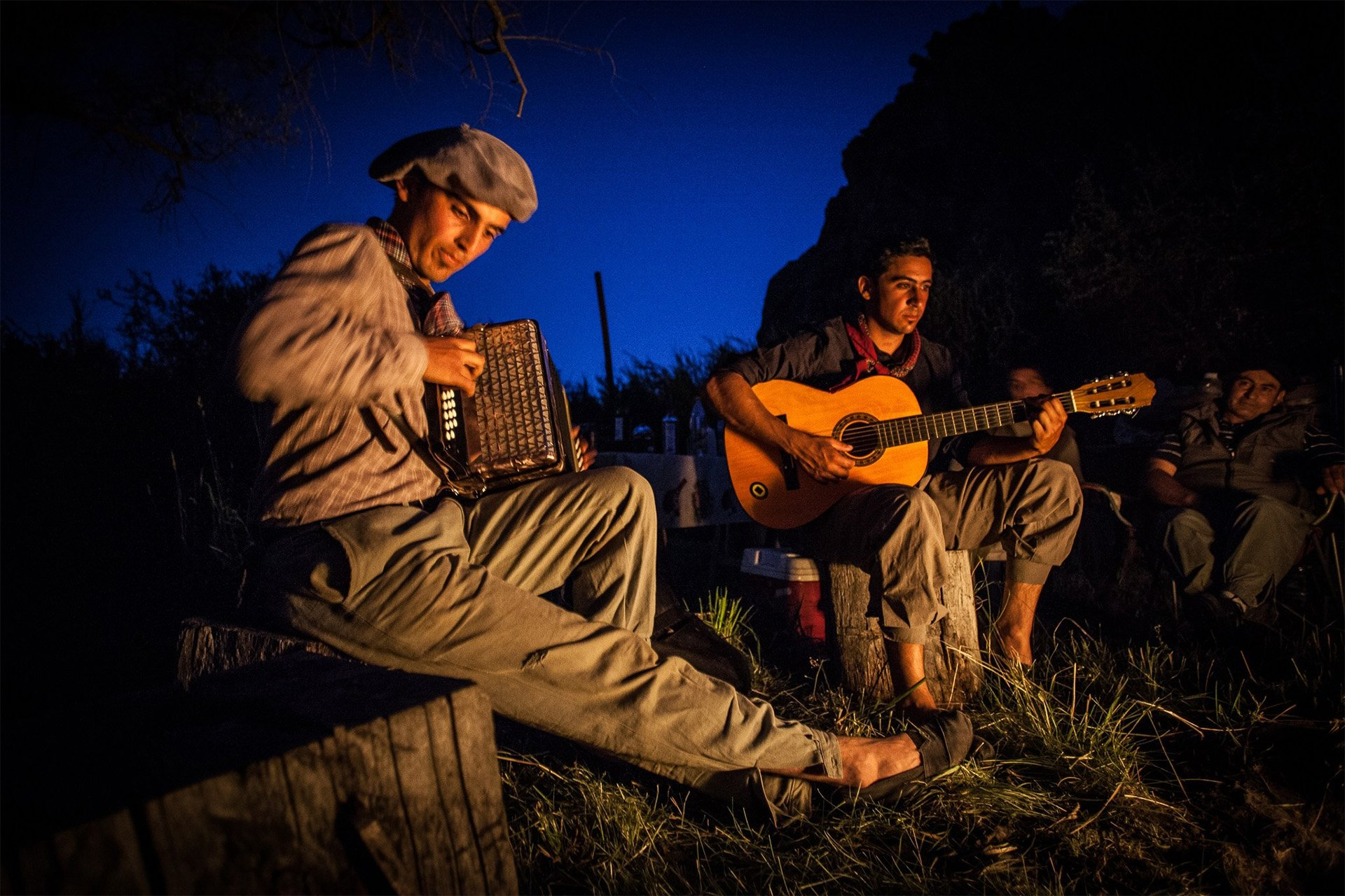 roque-bags_home-travellog_gauchos-fire-playing-music-patagonia-lucindapaxton
